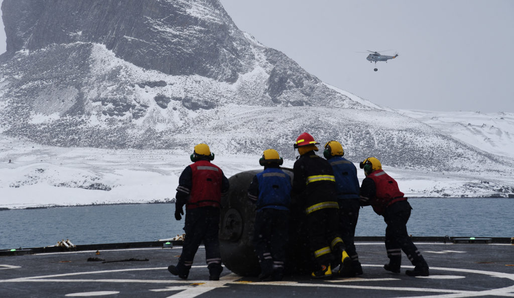 Bajo una intensa nevada se realizó la carga y descarga de material en la base Carlini
