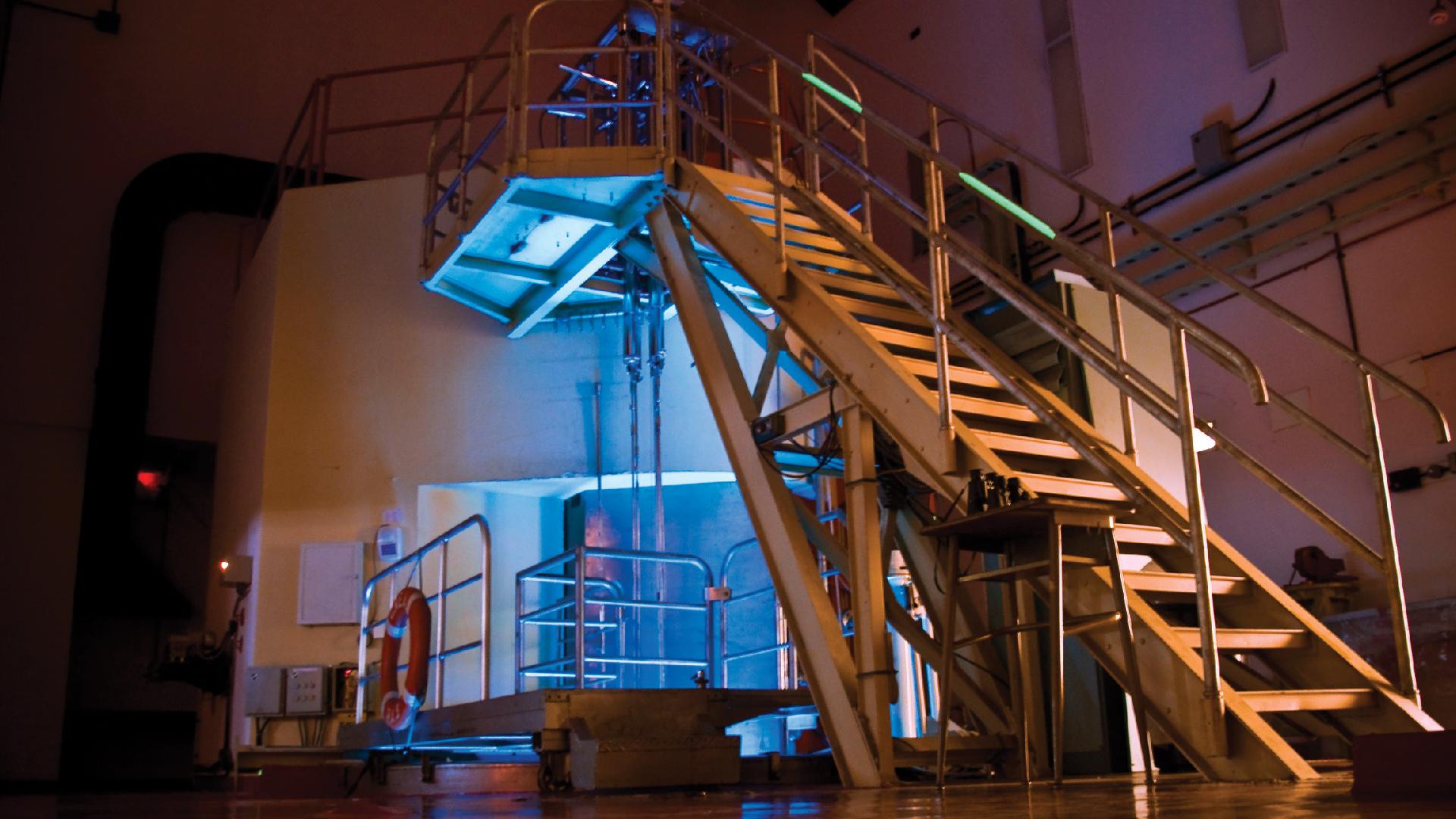 Desde la sala de control del reactor RA-3 se puede observar el Efecto Cherenkov