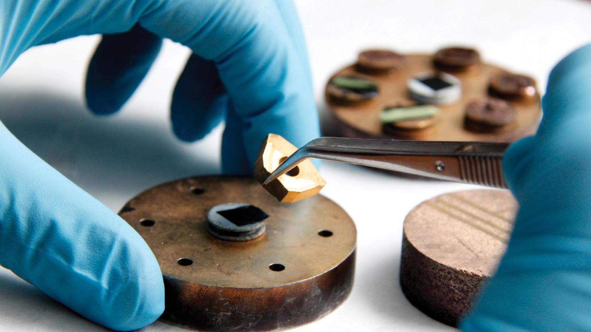 Preparación de muestra metálica para análisis en microscopio electrónico
