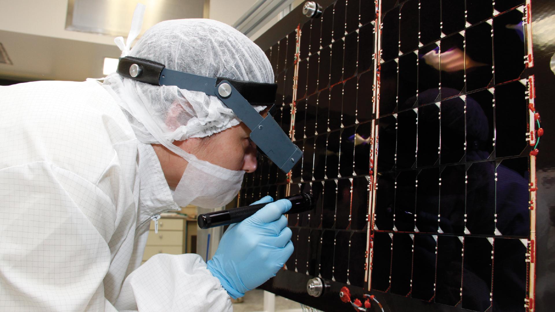 Revisión del montaje de celdas solares para uso espacial