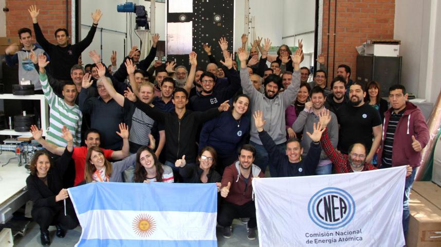 Alberto Martín Ghiselli y su equipo, por el proyecto Antena Radar de Apertura Sintética (ARAS), un trabajo desarrollado íntegramente en la CNEA, recibieron un premio de la Academia Nacional de Ciencias Exactas Físicas y Naturales por el desarrollo de la Antena Radar de Apertura Sintética