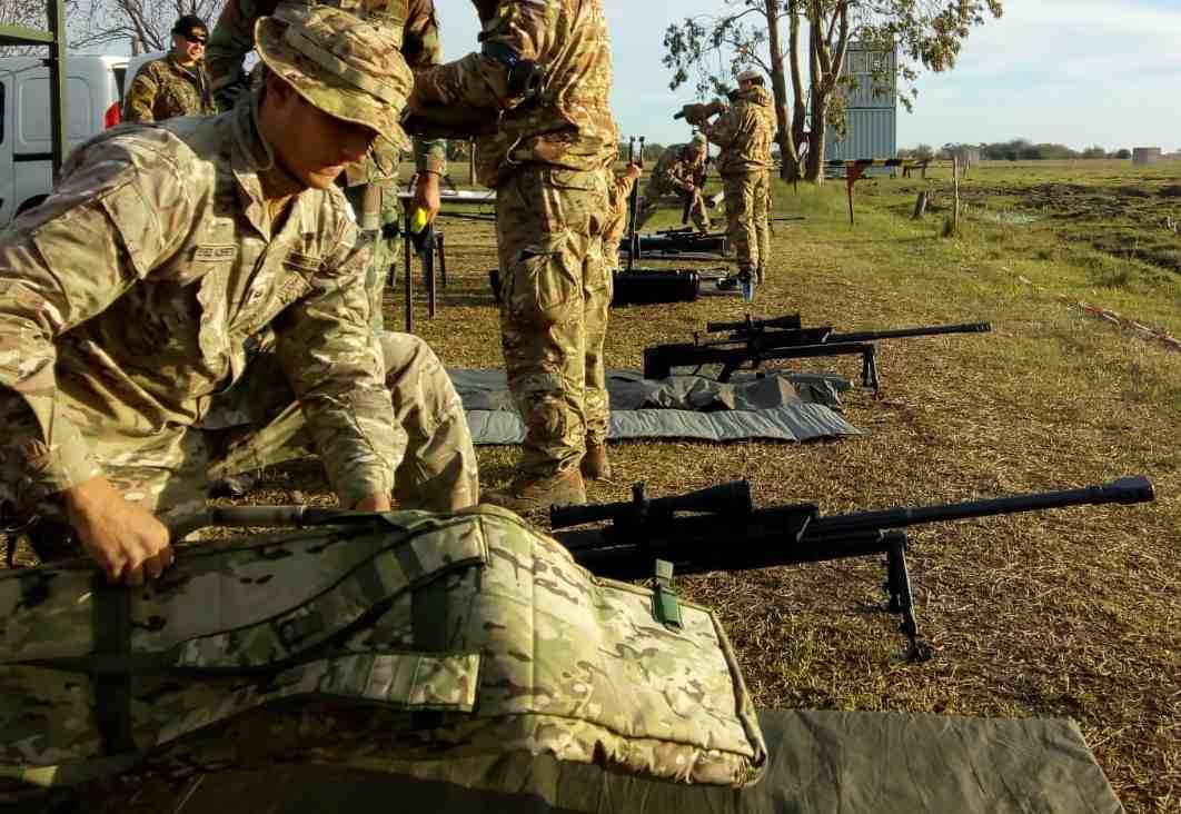 La etapa final del curso de tirador pesado se realiza en un polígono de tiro abierto en el interior del país.