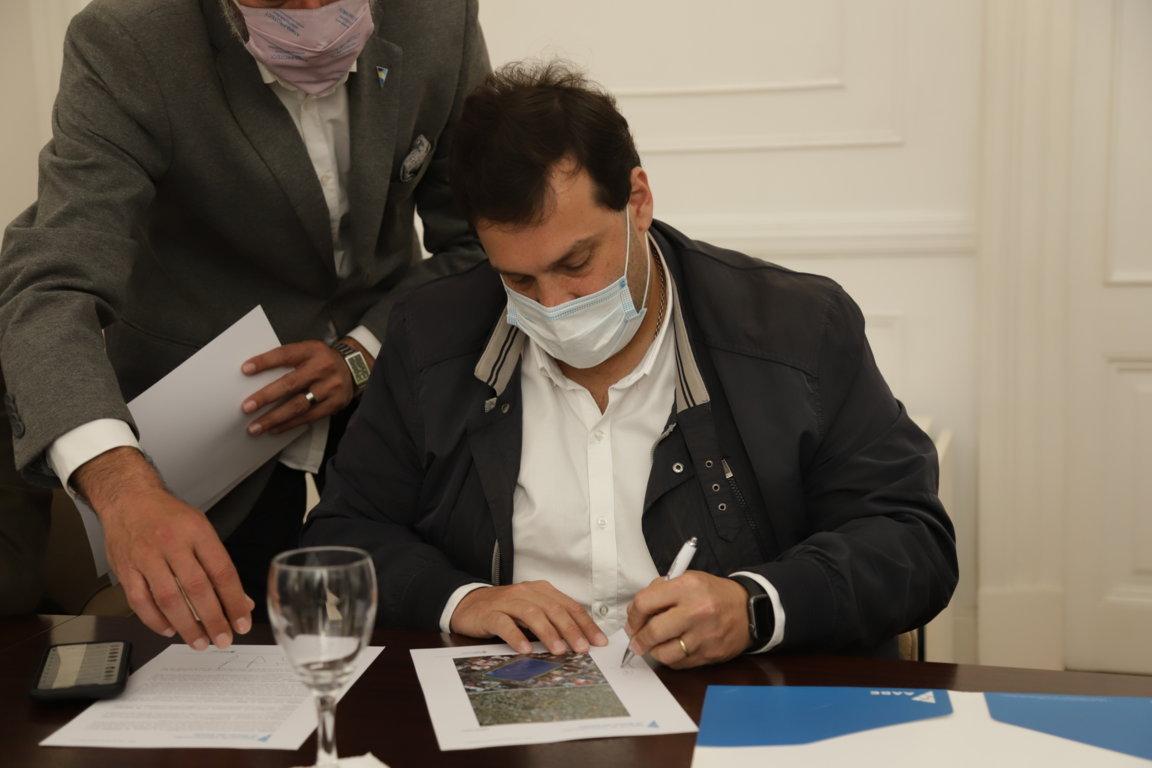 Martín Cosentino firmando el convenio