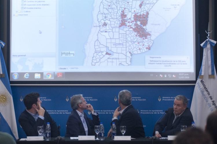 De izquierda a derecha, el subsecretario de Gobierno Abierto, Rudi Borrmann; el ministro de Modernización, Andrés Ibarra, y el ministro de Agroindustria, Ricardo Buryaile.