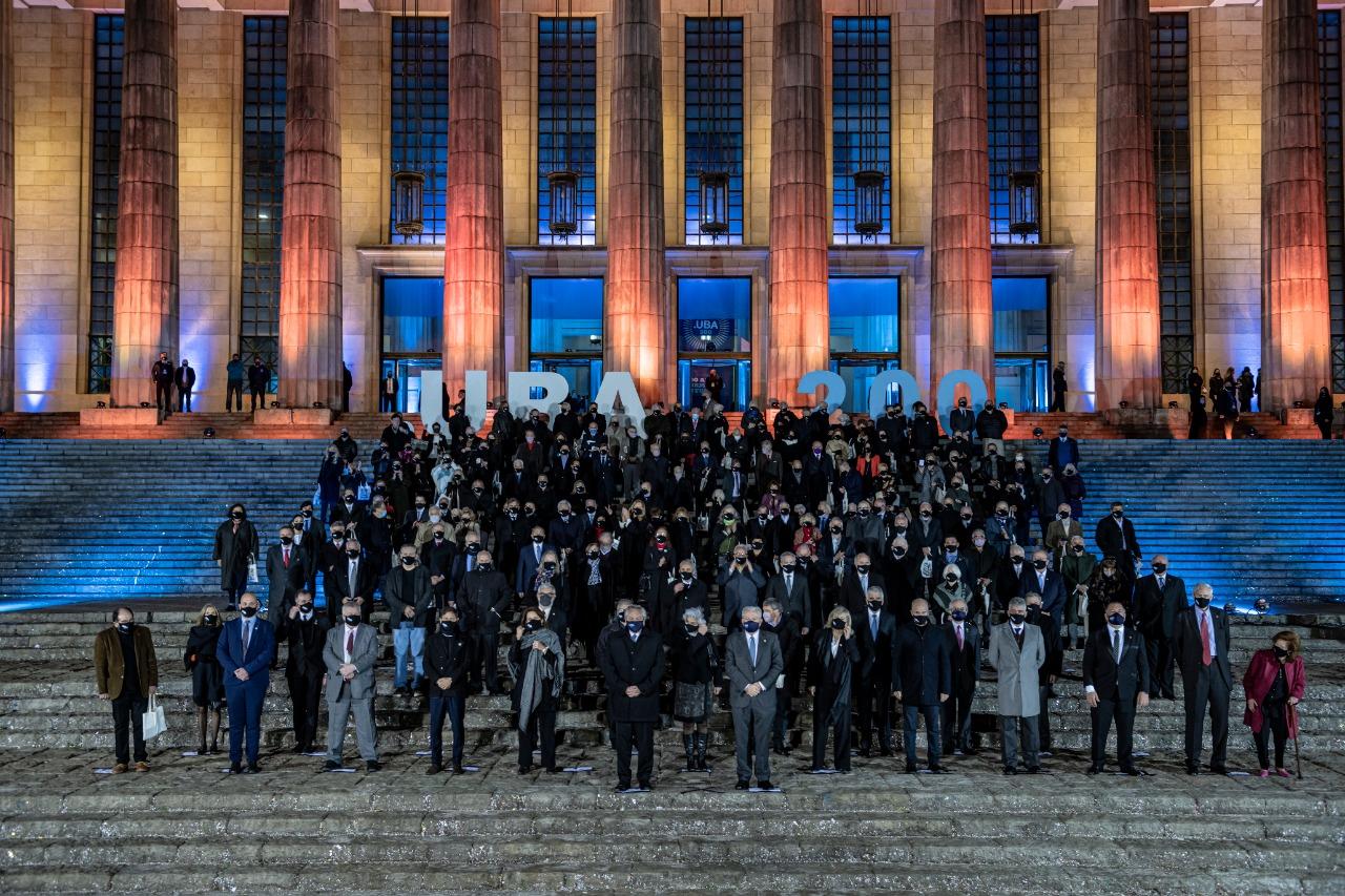 200 personalidades en las escalinatas de la Facultad de Derecho